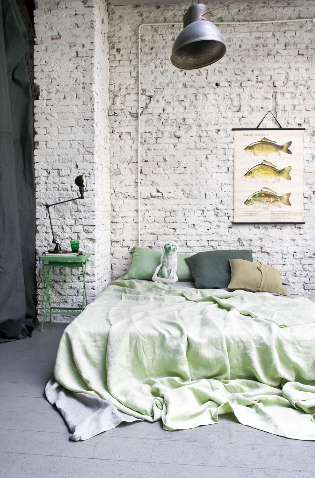 Mur de briques bruts repeint grossièrement en blanc