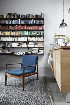 Déco scandinave à Hambourg : chez Lys Vintage // Classer ses livres par couleur de couverture