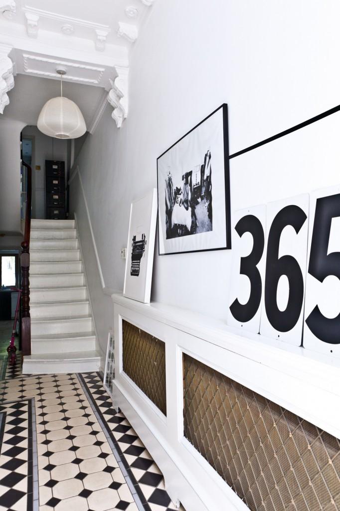 La maison de Karine Kong à Londres - Bodie and fou || Hall d'entrée en noir et blanc graphique