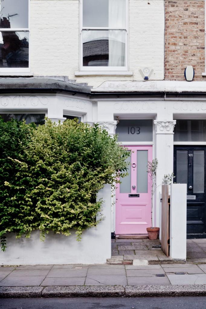 La maison de Karine Kong à Londres - Bodie and fou || Porte de rue rose