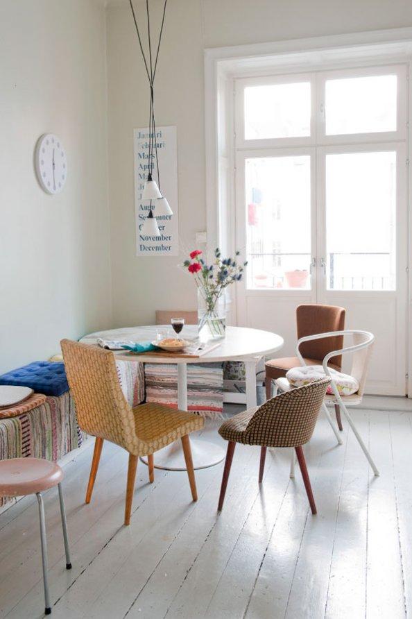 Le style bohème de la designer suédoise Katarina Wiklund // Des chaise dépareillées pour une table Tulipe