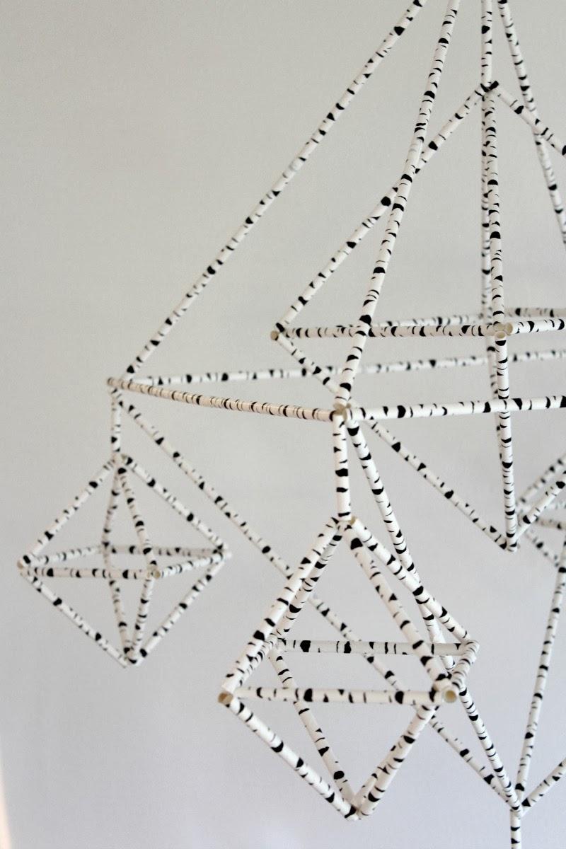 Himmeli réalisé avec des pailles imprimées écorce peuplier en noir et blanc