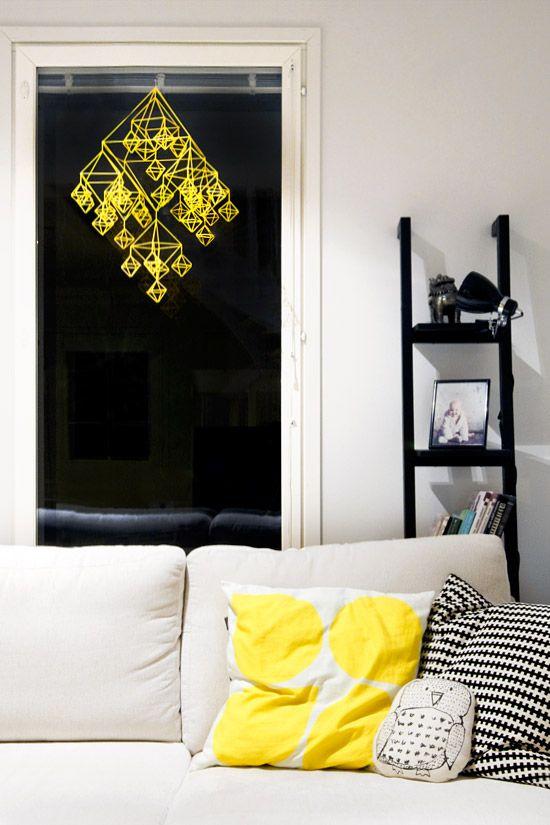 Un himmeli réalisé avec des tubes jaunes