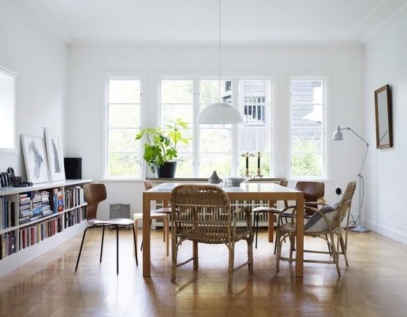 Appartement scandinave avec mixe and match de chaises en matériaux naturels bois et osier