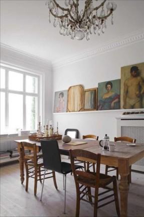 Salle à manger classique avec mixe and match de chaises en matériaux naturels bois