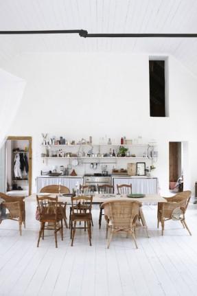 Maison scandinave avec mixe and match de chaises en matériaux naturels bois et osier