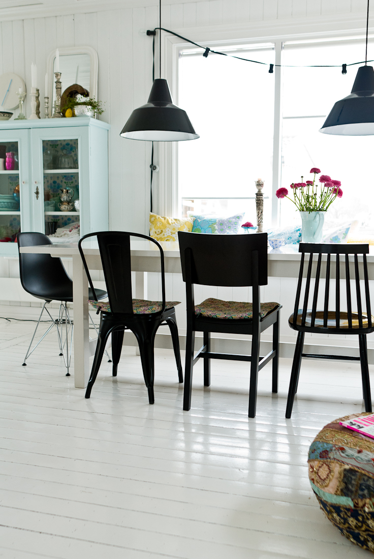 Des chaises dépareillées repeintes en noir