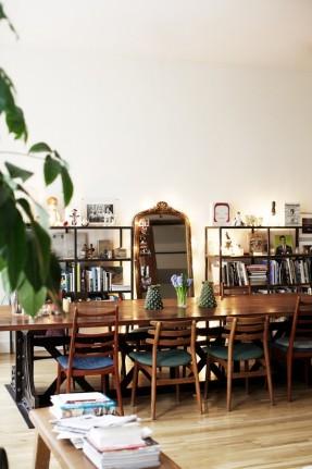 Mixe and match de chaises fifties rétro dans cet appartement classique