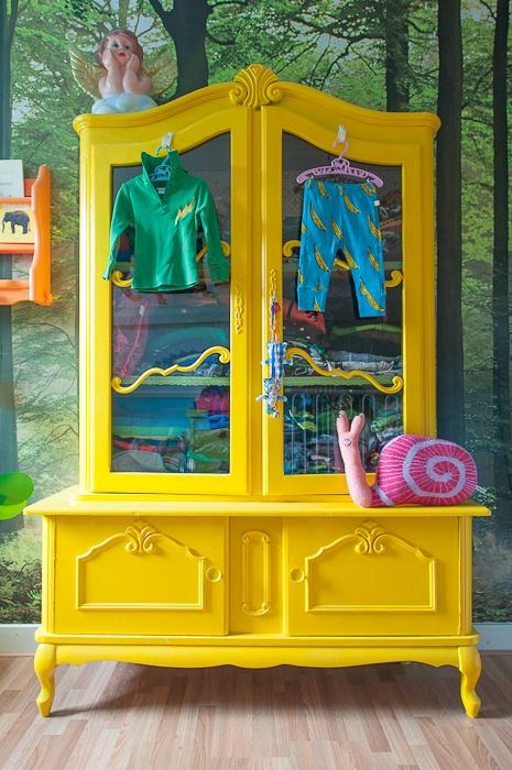 Papier-peint Forêt dans une chambre d'enfant avec buffet jaune - Zilverblauw