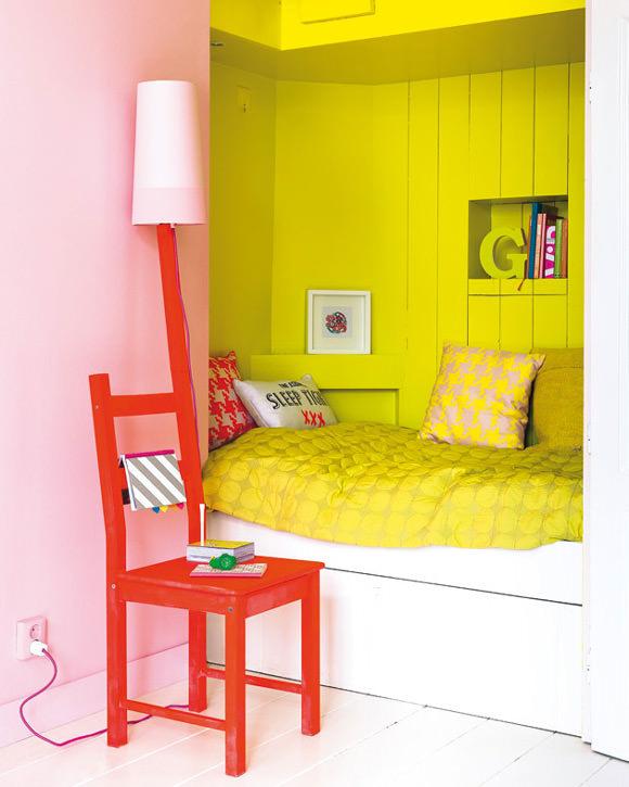 Sélection de peintures murales géométriques // Une alcôve en jaune pétant