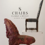 8 chairs par le duo anglais Clarke & Reilly