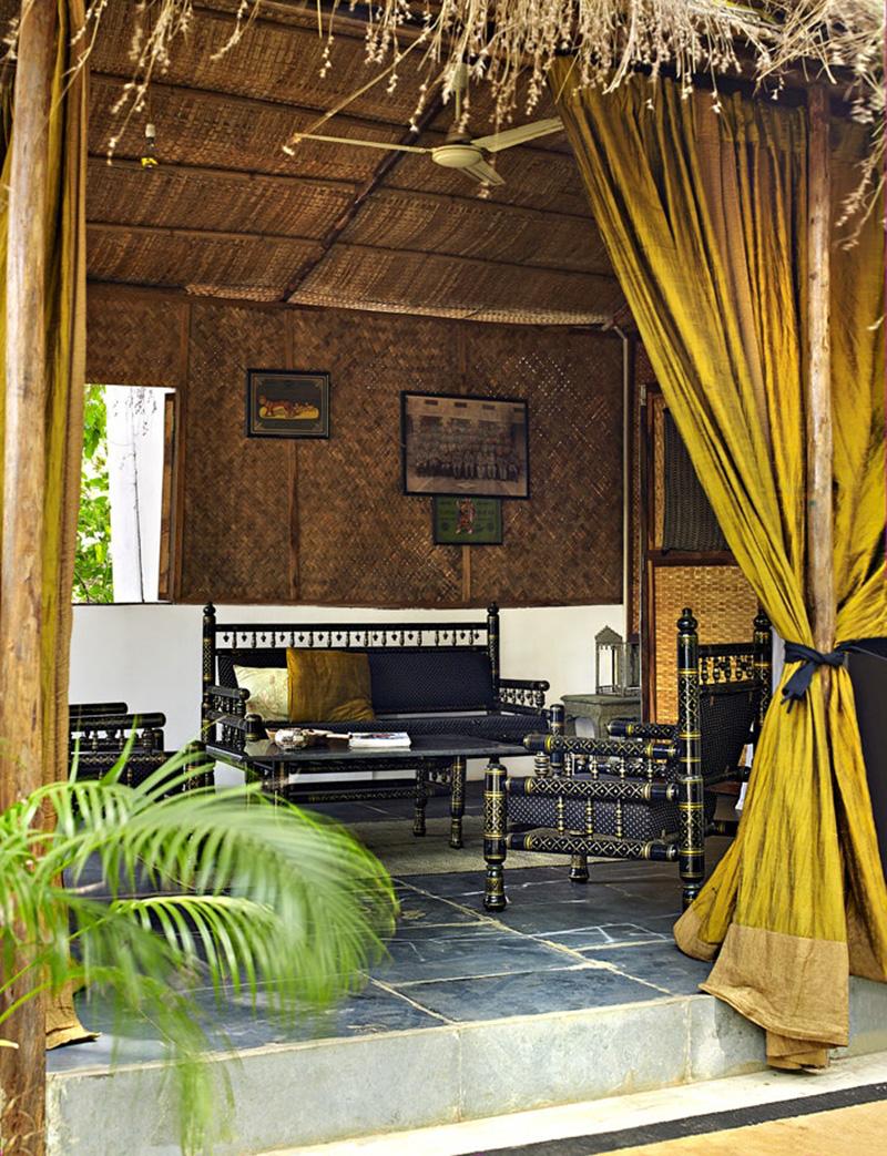 La maison de Jade Jagger à Goa // Un petit salon, ouvert, meublé d'antiquités en laque noire