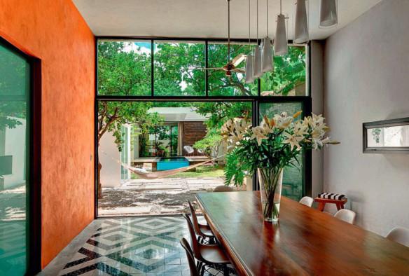 des murs de couleurs vives sous le soleil. Black Bedroom Furniture Sets. Home Design Ideas