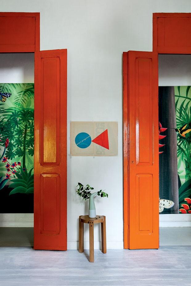 La maison du designer brésilien Bruno Jahara || #portes #oranges