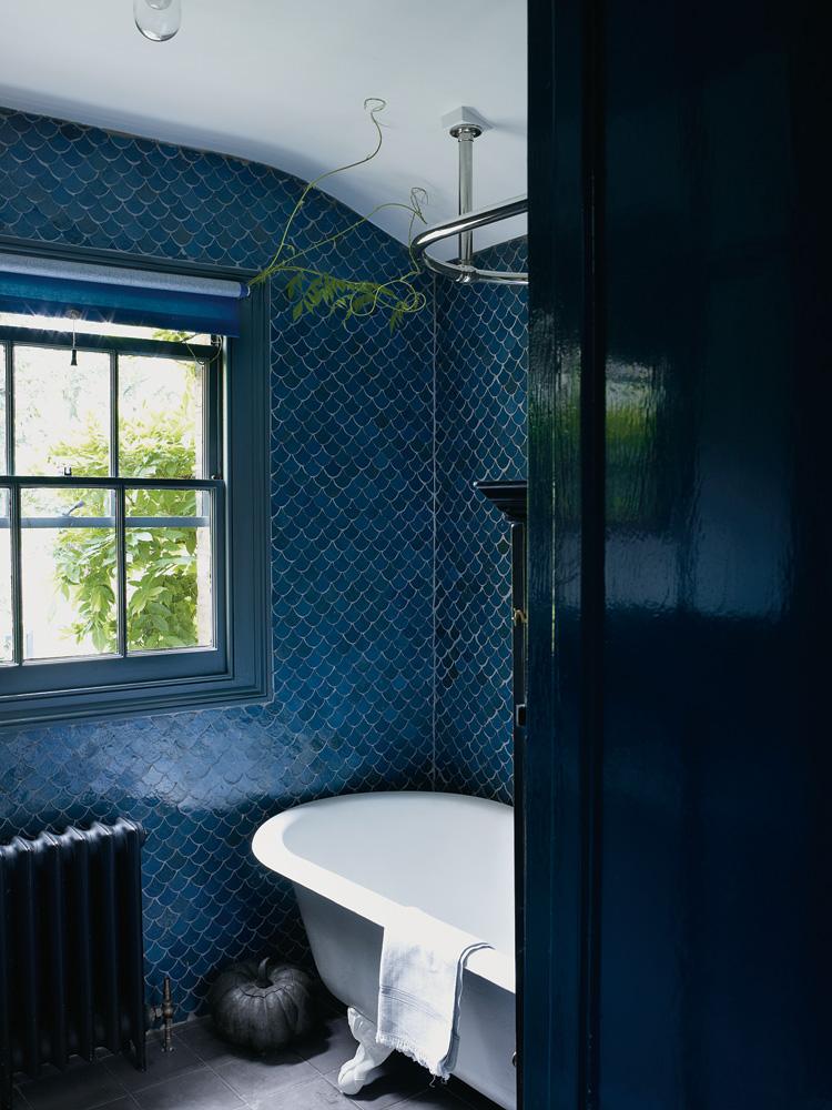 La magie des zelliges || Salle de bain en zellige bleu de Faye Toogood