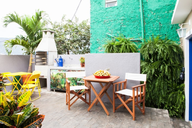Une maison nichée dans les favelas par Mauricio Arruda