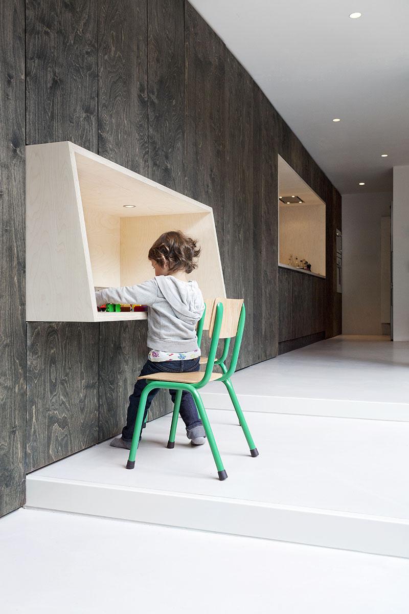 """Un bureau mural """"caisson"""" en contreplaqué par l'Atelier Van Wengerden"""