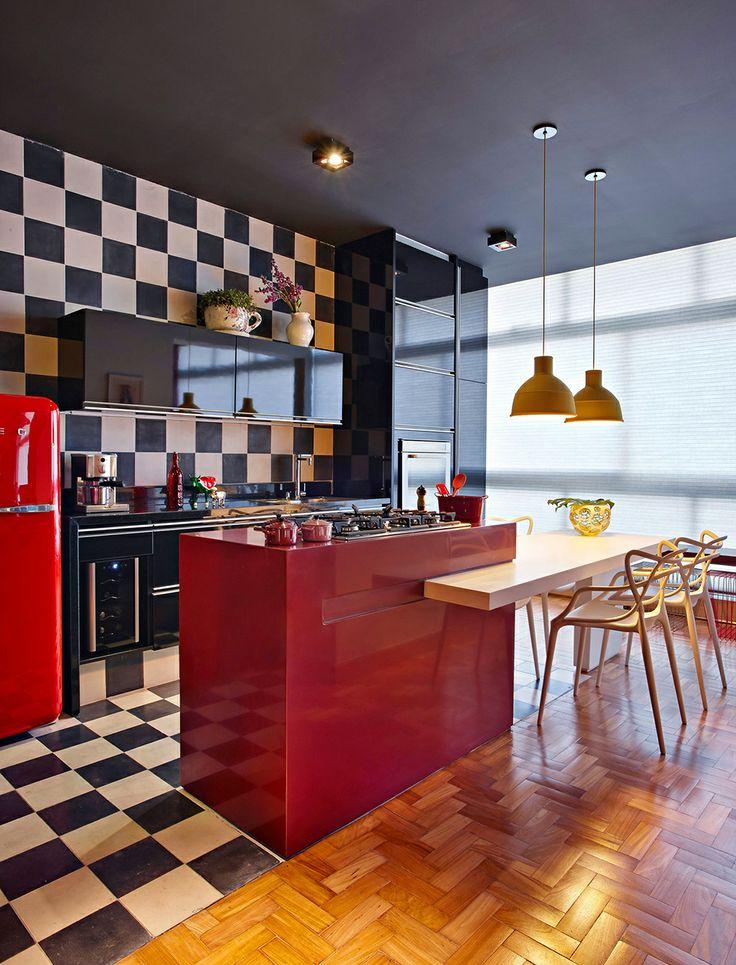 Idée de cuisine : rouge et damier en noir et blanc