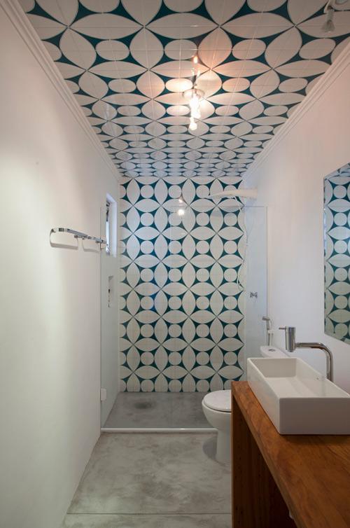Des idées pour personnaliser sa salle de bain : Travailler les sols et les murs en dépareillant