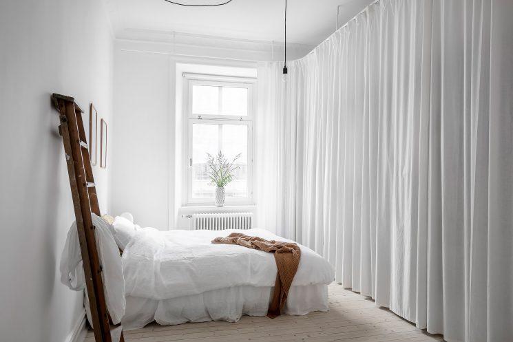 Une chambre blanche comme un cocon || Des rideaux pour cacher un dressing