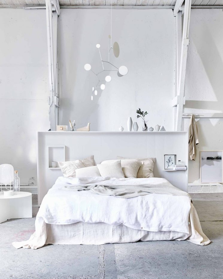 une chambre blanche comme un cocon. Black Bedroom Furniture Sets. Home Design Ideas