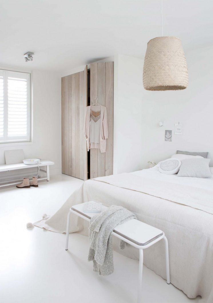 Une chambre blanche comme un cocon || Pour réchauffer le blanc apporter des touches de matières naturelles
