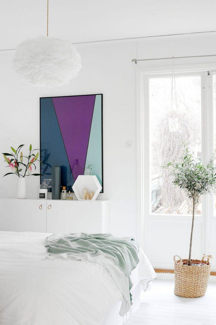 Une chambre blanche comme un cocon || Pour réchauffer le blanc apporter des touches colorées