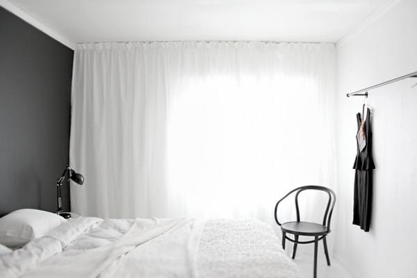 Une chambre blanche comme un cocon || Des rideaux pour filtrer la lumière