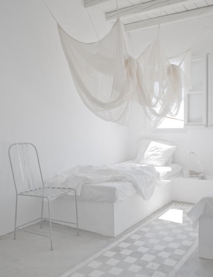 Une chambre blanche comme un cocon - la maison de Paola Navone en Grèce