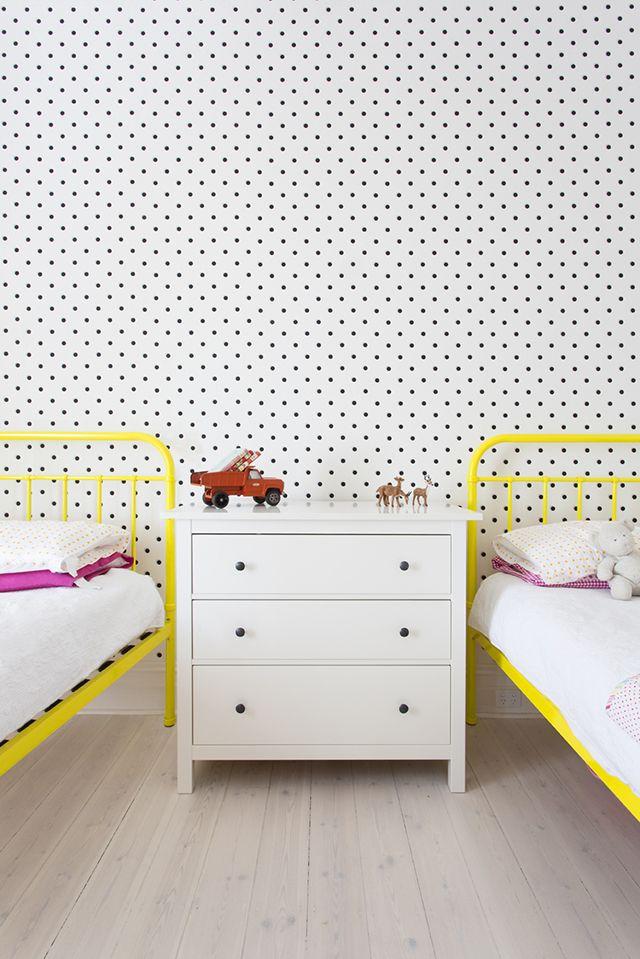 Exemple d'intérieur avec du papier-peint géométrique || Papier-peint à petits pois en noir et blanc