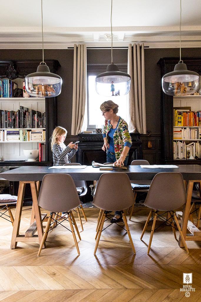maison de famille good famille maison famille heureuse prs de leur maison with maison de. Black Bedroom Furniture Sets. Home Design Ideas