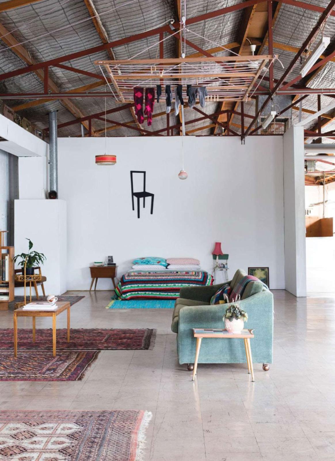 Vivre dans un hangard chez la photographe hilary walker for Vivre dans un loft