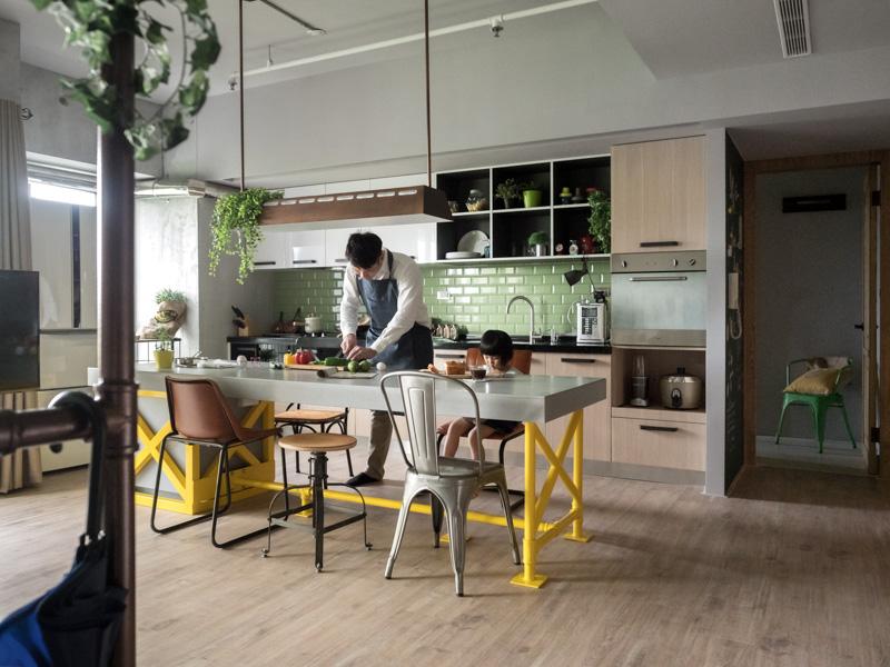 une cuisine au centre de l 39 appartement. Black Bedroom Furniture Sets. Home Design Ideas