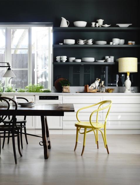 Des étagères noires // idées pour relooker sa cuisine