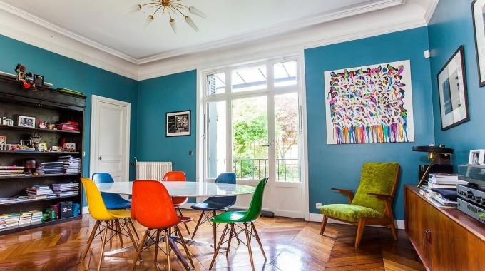 Des chaises design de couleur déparaillée