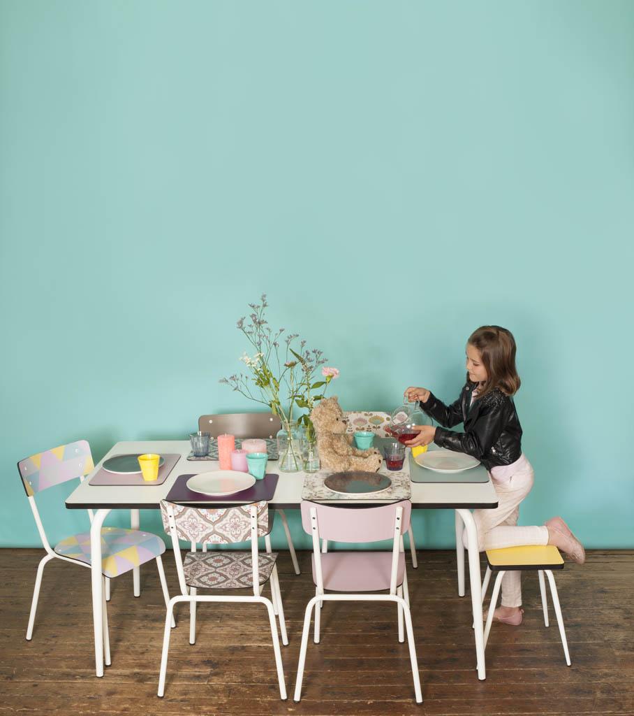 des chaises design de couleur d pareill e. Black Bedroom Furniture Sets. Home Design Ideas