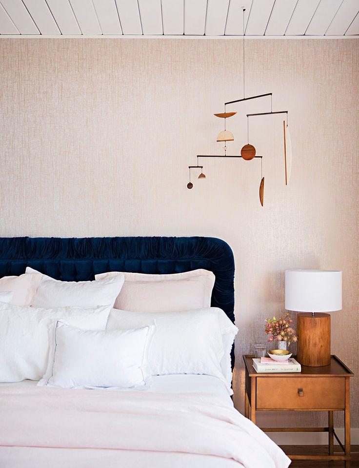 Chambre rose pâle et tête de lit en velours marine par Emily Henderson