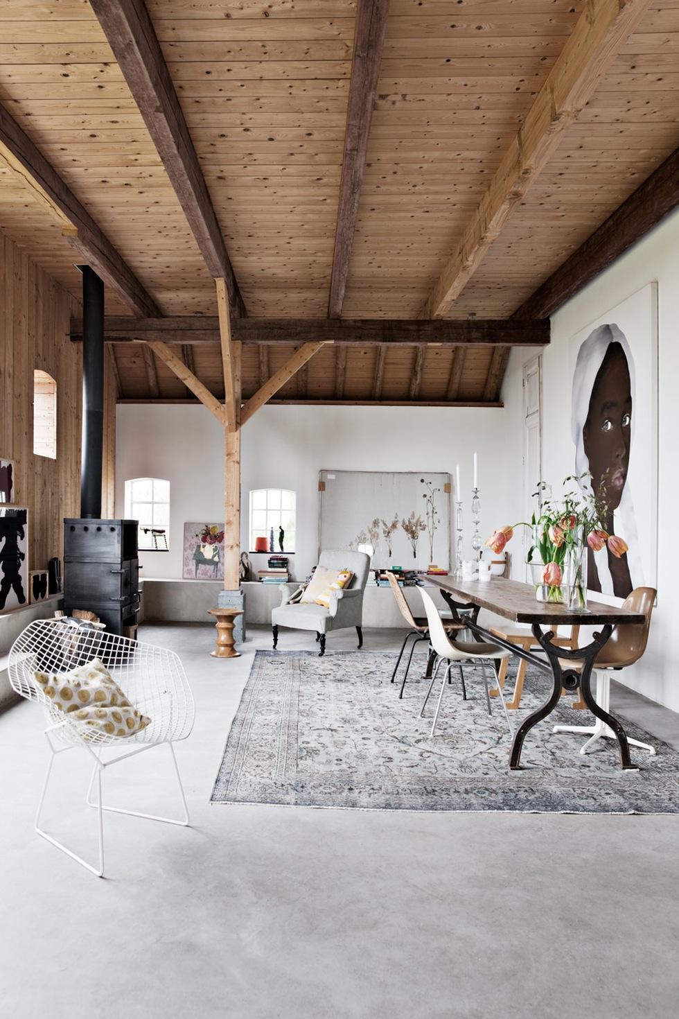 Grange rénovée par les architectes néerlandais Ina Matt, rénovée // Grande pièce à vivre avec un sol en béton ciré