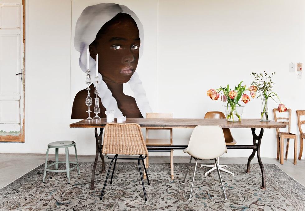 Grange rénovée par les architectes néerlandais Ina Matt, rénovée // Coin repas avec sélection de chaises dépareillées