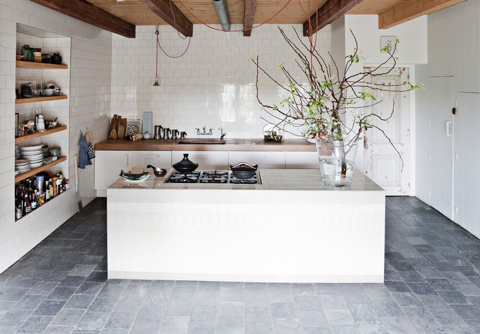 Grange rénovée par les architectes néerlandais Ina Matt, rénovée // Cuisine carrelée de carreaux de faïence blancs