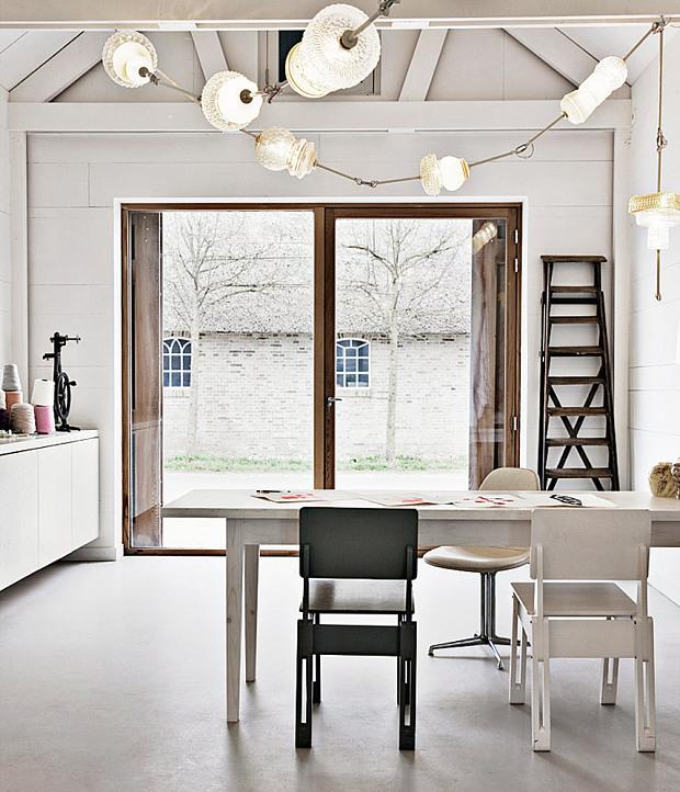 Grange rénovée par les architectes néerlandais Ina Matt, rénovée // Table de ferme et chaises design