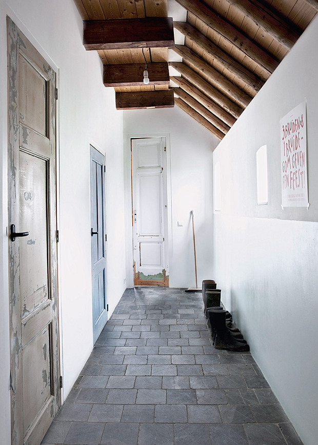 Grange rénovée par les architectes néerlandais Ina Matt, rénovée // Rangée de vieilles portes récupérées, dans ce couloir