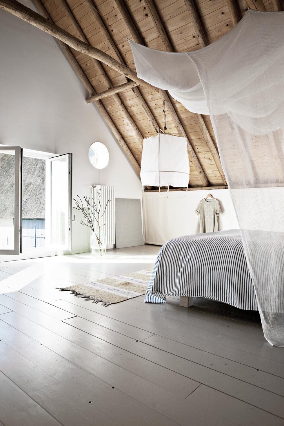Grange rénovée par les architectes néerlandais Ina Matt, rénovée // Grande chambre sous les combles