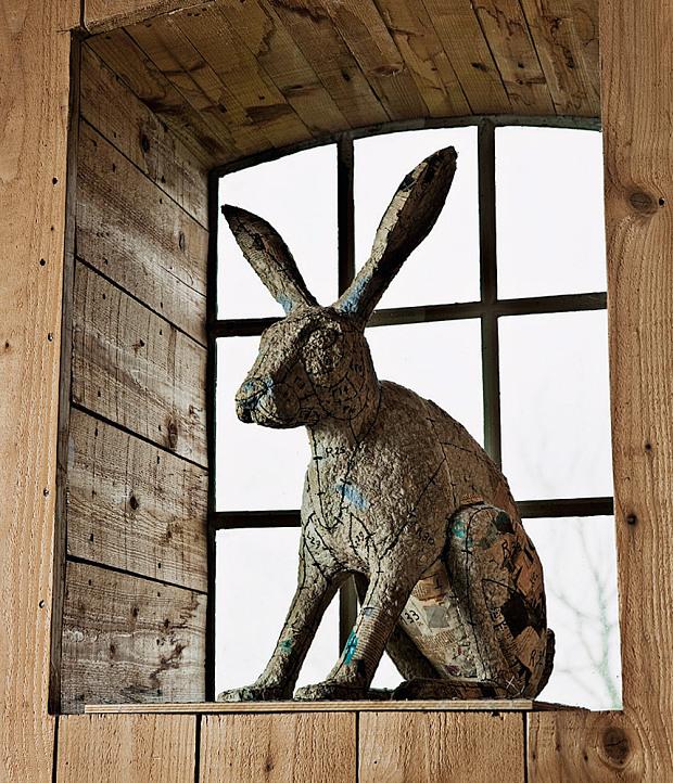 Grange rénovée par les architectes néerlandais Ina Matt, rénovée // Sculpture de lapin