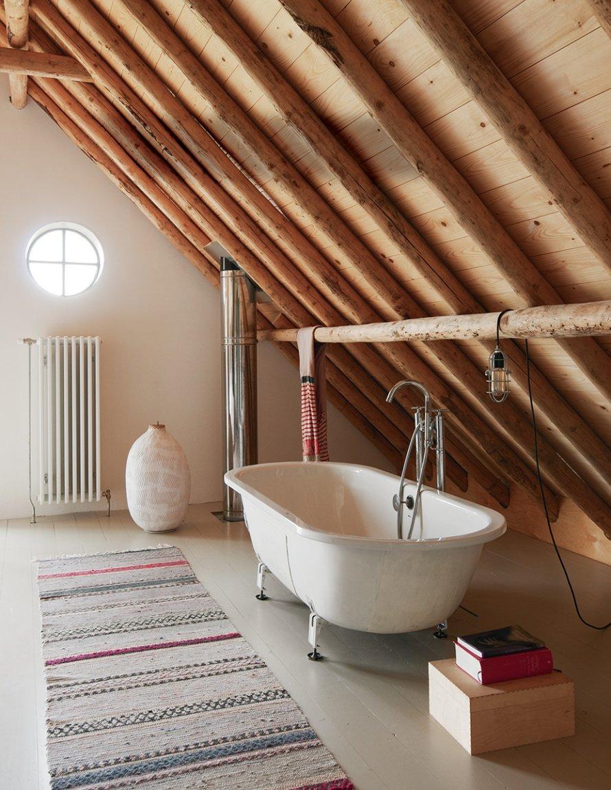 Grange rénovée par les architectes néerlandais Ina Matt, rénovée // Baignoire îlot