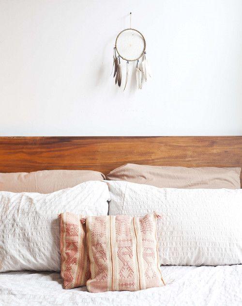 Tête de lit bois et draps roses et blancs
