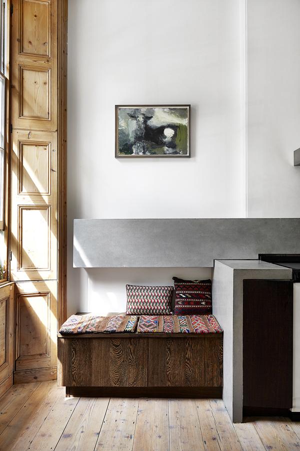 Une cuisine minimaliste en bois, ciment et métal à Londres