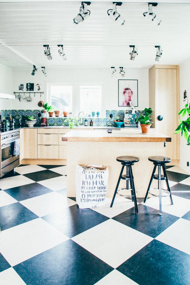 La maison de Kristin Lagerqvist-Krickelin    un sol peint en noir et blanc