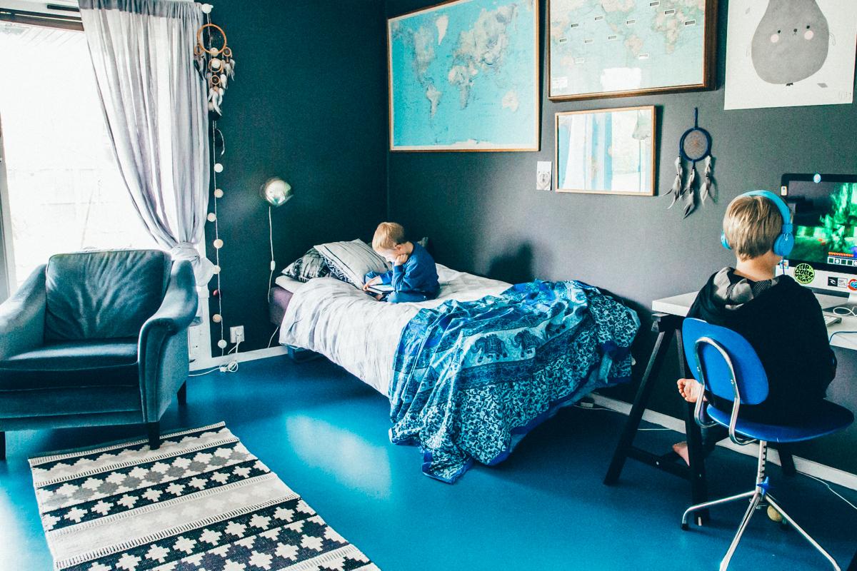 La maison de Kristin Lagerqvist-Krickelin    Un sol bleu et des murs bleu canard