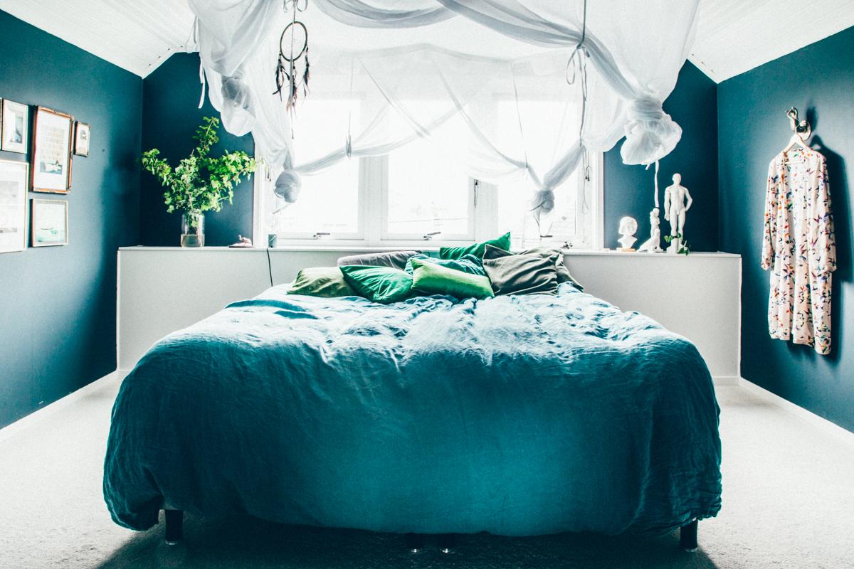 La maison de Kristin Lagerqvist-Krickelin    Une chambre bleu canard